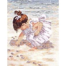 Девочка, собирающая ракушки (029-0019)